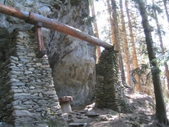 Alte Holzwasserleitung auf dem Massaweg.: Alte Holzwasserleitung auf dem Massaweg.