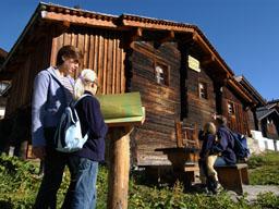 Informationstafeln erzählen in Wort und Bild über das frühere Leben zwischen Dorf und Alp: Informationstafeln erzählen in Wort und Bild über das frühere Leben zwischen Dorf und Alp
